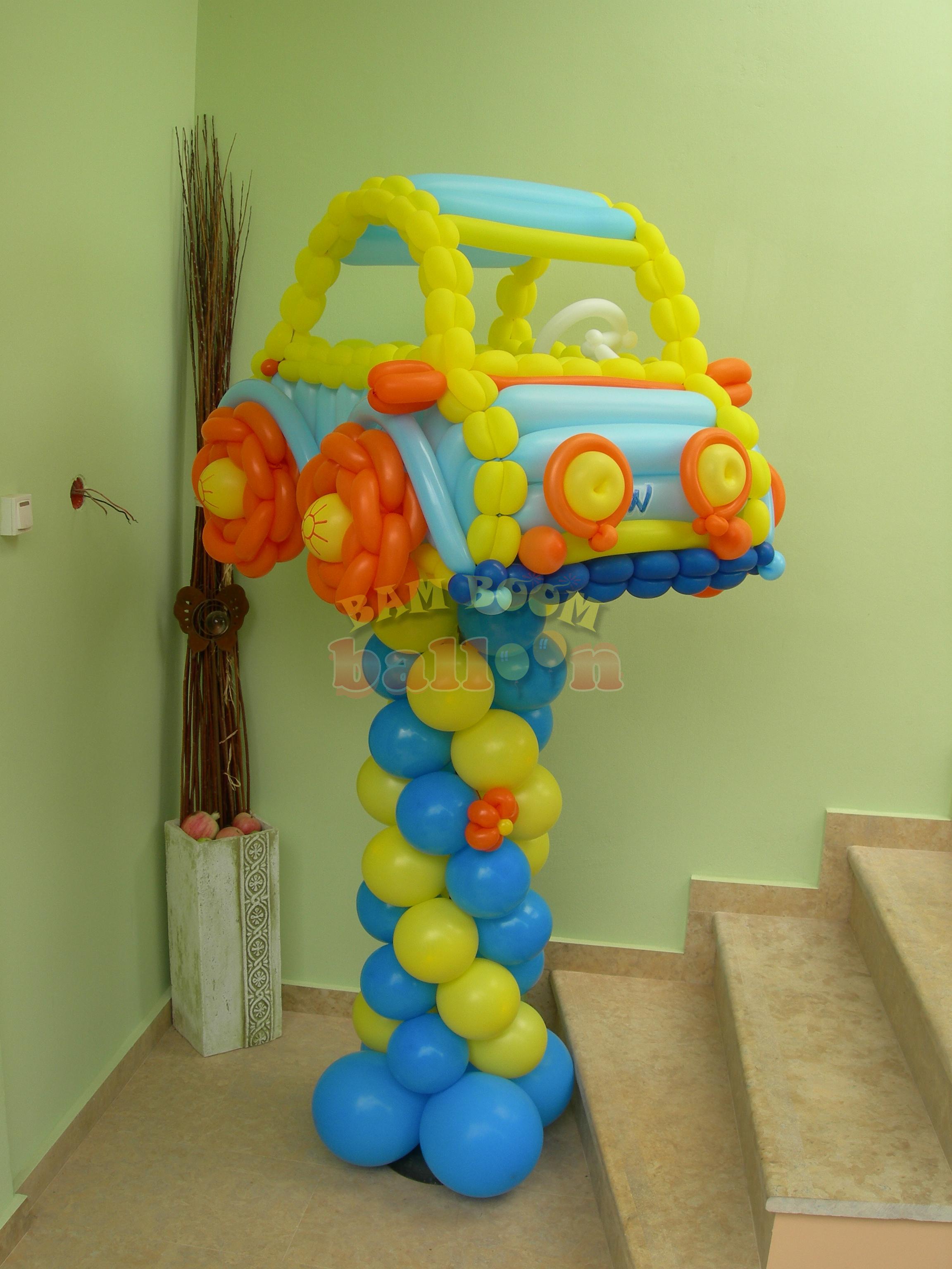 Αυτοκινητάκι σε στήλη