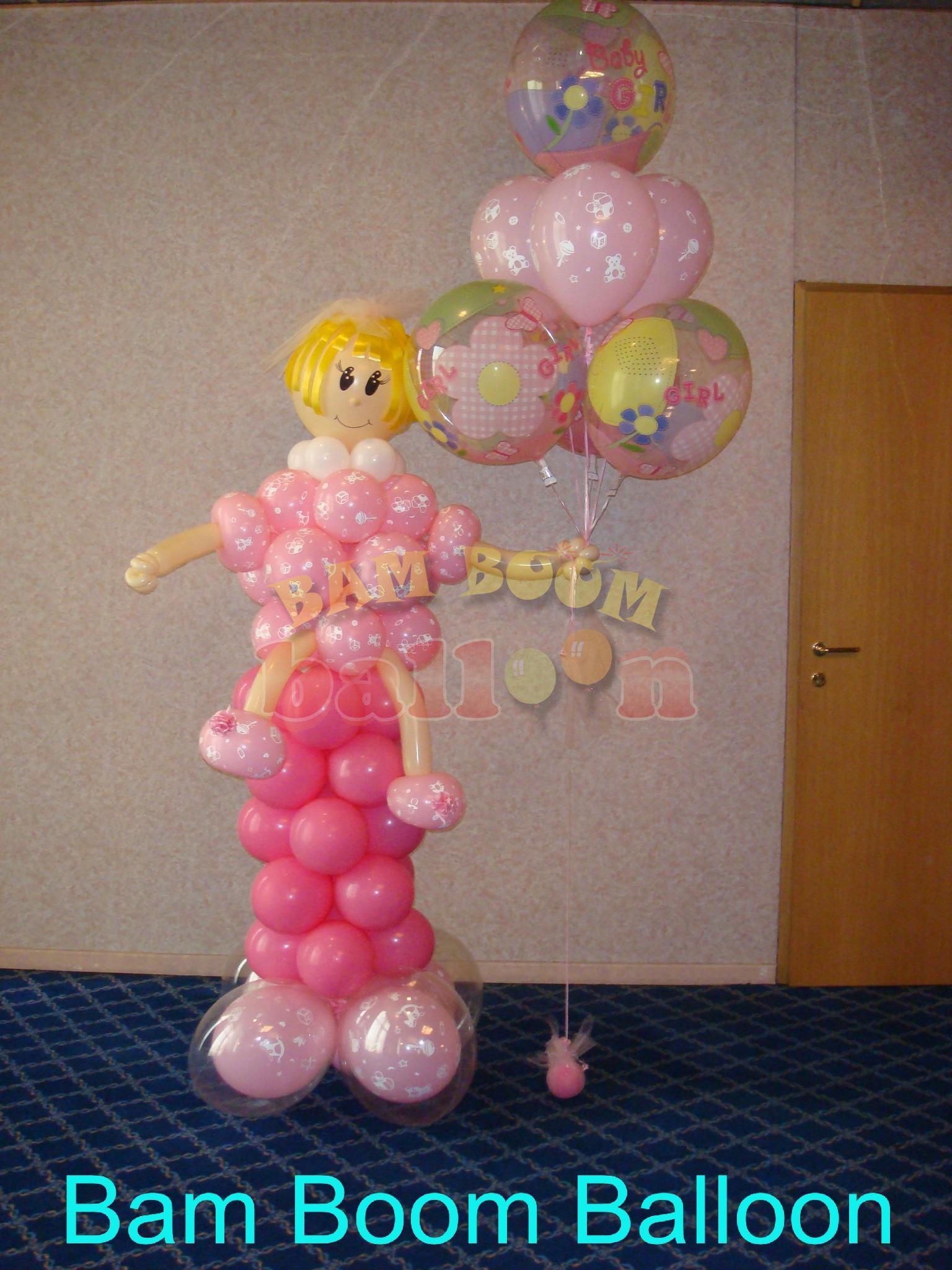 Κοριτσάκι σε βάση από μπαλόνια